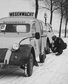 De mannen van de Wegenwacht hebben heel wat kilometers afgelegd in de 2CV. Dit type auto is in gebruik geweest van 1959 tot ca. 1973. In die tijd reed de Wegenwacht nog rondes, en deze 'eendjes' hebben dan ook de nodige kilometers gemaakt.