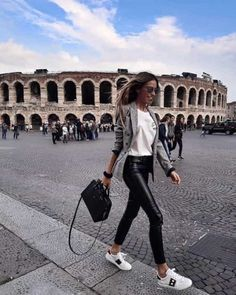 Look at our simple, relaxed & simply cool Casual Fall Outfit inspirations. Get encouraged with these weekend-readycasual looks by pinning the best looks. casual fall outfits for work Style Désinvolte Chic, Casual Chic Style, Classy Casual, Mode Outfits, Fashion Outfits, Fashion Trends, Fashion Ideas, Europe Outfits, Fashion Clothes