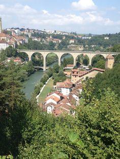 A Fribourg, c'est un plaisir de se balader dans la basse ville, autrement dit le quartier des Bolzes (anciennement germanophones). Basse ville ? Oui, à Fribourg on appelle comme ça la vieille  ville parce qu'elle est en bas. Autrefois, la basse ville était le lieu de la misère, habitaient là ceux qui n'étaient pas bien loti. C'était un quartier à éviter si on était du beau monde. Aujourd'hui, les vieilles bâtisses ont été rénovées et c'est devenu un endroit prisé.