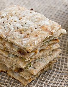 Basil & Sun-Dried Tomato Crackers [stacked] Homemade Crackers, Vegan Crackers, Wheat Crackers, Savoury Biscuits, Cookies Et Biscuits, Vegetarian Recipes, Snack Recipes, Cooking Recipes, Vegan Vegetarian