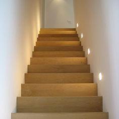 De trap is uitgewerkt in eik die doorloopt in het parket.