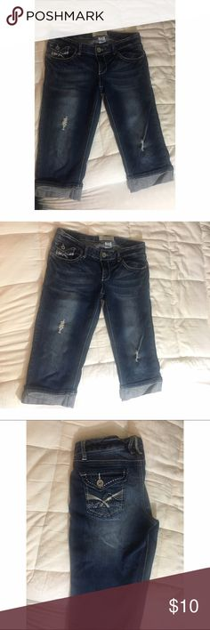 💫Cute denim capris Great condition cute denim capris! Pocket detailing, and cuffed bottoms. No signs of wear. Size 7/8 Maurices Pants Capris