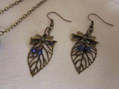 Boucles d'oreille rétro à pendentifs perles et feuilles. €15,00, via Etsy.