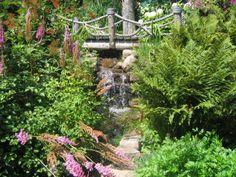 Perdue dans la végétation, cette cascade donne énormément de vie à ce lieu situé dans les Laurentides, au Québec. Aménagement paysager de l'ensemble par Maxhorti. #Landscaping