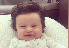 La petite Isabelle, deux mois et demi, qui est née avec une chevelure abondante, a hérité du surnom Baby Izzy sur la blogosphère.