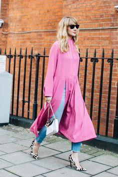 Street style à la Fashion Week automne-hiver 2017-2018 de Londres robe rose sur jeans talons à imprimés léopard