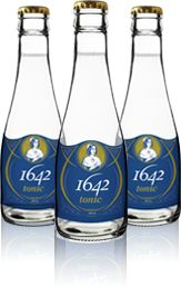Tonic 1642 - Montréal, QC, all natural with a hint of of spruce and clear source water from the Appalaches. Beverage Packaging, Bottle Packaging, Tonic Water, Gin And Tonic, Cocktails, Drinks, Carafe, Glass Bottles, Brewing