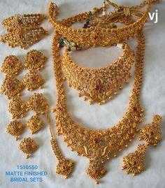 Dubai Gold Jewelry, Gold Temple Jewellery, Silver Jewellery Indian, Wedding Jewellery Designs, Gold Wedding Jewelry, Indian Bridal Jewelry Sets, Bridal Jewellery, Jhumar, Gold Mangalsutra Designs