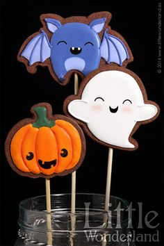 Halloween cut out cookie pops Bat Ghost Pumpkin great treat for a party or work Halloween Desserts, Halloween Torte, Halloween Backen, Pasteles Halloween, Halloween Sugar Cookies, Halloween Cupcakes, Halloween Halloween, Halloween Comida, Halloween Biscuits