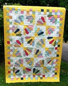 Quilt Inspiration: Free pattern day ! Dresden Plates.  Lots of different Dresden ideas!