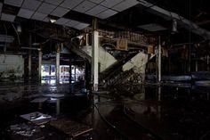 Dixie Square Mall: Harvey, Ill The Dixie Square Mall abrió sus puertas en 1966 y sólo permaneció abierto durante 13 años. En 1979, la película Blues Brothers lanzó su icónica escena de conducción a través del centro comercial allí. Más tarde ese año, el centro comercial fue cerrado debido a un aumento en la delincuencia. Se quedó abandonado hasta 2011, cuando fue demolido.