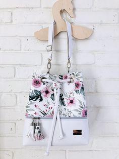 Tutorial na torbę Bucket Bag – MetryiCentymetry - Women's Handbags Fendi Spy Bag, Sacs Design, Diy Wallet, Diy Bags Purses, Small Bags, Bag Making, Clutch Bag, Bucket Handbags, Bucket Purse