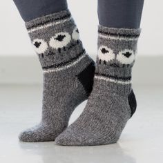 Garnpakke inneholder oppskrift og garn til et par sokker. Skostørrelser: 38/39 – 43/44 Bf. mørk grå 130: 100 – 100…