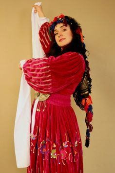 Kurdish Girl in a beautiful traditional Dress. I love the Color❤