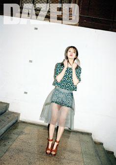 수지의 서울  THE STUDIO K by HYE-JIN HONG 프린트 톱과 쇼츠, 메시 스커트는 모두 더 스튜디오케이.