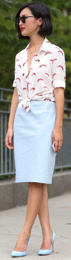 Light blue pencil skirt, printed shirt, light blue pumps ☑️