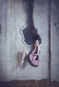 Katerina Plotnikova est une photographe russe de 25 ans. Elle accorde une très grande importance à ses mises en scène. Ses modèles féminins dégagent une véritable légèreté. Elle n'hésite pas à intégrer à ses photos des éléments surnaturels pour créer une atmosphère particulière. Pour en voir plus, visitez son 500px et sa page Facebook.