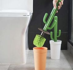 Don't let the plant just stay beautifully in the toilet but use it as a toilet brush! Not joking! you can use this cactus to brush your toilet at ease and keep it in place without anyone notice. Toilette Design, Diy Home Decor, Room Decor, Toilet Brush, Cool Inventions, First Home, My Room, Home Organization, My Dream Home