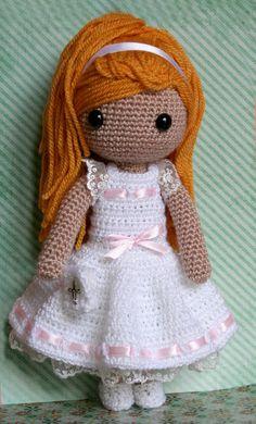 Hacer la comunión es especial y una preciosa muñeca como ésta es un regalo fantástico. Con su bonito vestido blanco con puntillas y lazos rosas, un librito de oraciones y el largo pelo dorado adorn…
