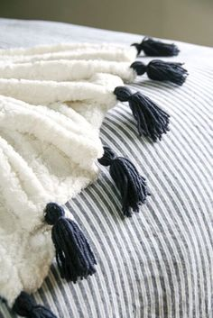 Snuggle up inside this winter with these extra cozy crafts. No Sew Blankets, Knitted Blankets, Chunky Blanket, Chunky Yarn, Diy Tassel, Tassels, House Candle Holder, Heart Shaped Hands, Spice Combinations