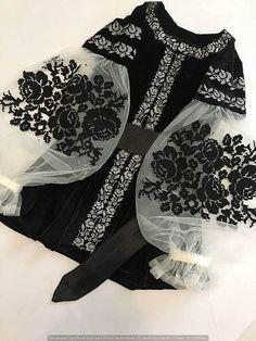 Black velvet embroidered blouse embroidered blouse with black roses velvet cool boho blouse Schwarzer samt Maschine bestickte Bluse bestickte Bluse. Mode Abaya, Mode Hijab, Pakistani Dress Design, Pakistani Dresses, Dress Dior, Boho Bluse, Hijab Fashion, Fashion Dresses, Fashion Clothes