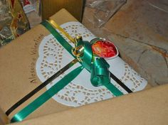 Pacchetto regalo: carta da pacchi basic, centrino per torte di carta, adesivo natalizio e nastri