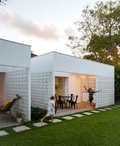 I have a crush on breeze blocks with vertical cladding. Breeze Block House, NSW - Architect Prineas- I want to build this in our new home- backyard. Breeze Block Wall, Casas Containers, Backyard, Patio, Concrete Blocks, Mid Century House, Beach House Decor, Exterior Design, Exterior Colors