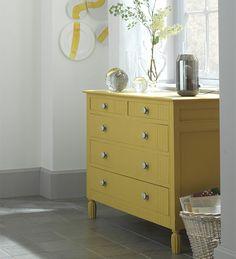 Prenez une #commode ancienne en la repeignant dans une #couleur vive #jaune