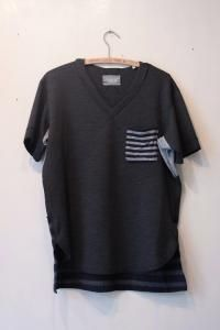 v necked s/s tee with double pocket. - circus e-boutique
