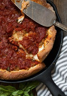Cast Iron Skillet Deep Dish Pizza - An easy and delicious deep dish pizza recipe, with sausage and bacon and a homemade pizza sauce. Cooked in a cast iron skillet! Cast Iron Skillet Cooking, Iron Skillet Recipes, Cast Iron Recipes, Skillet Meals, Cast Iron Deep Dish Pizza Recipe, Cooking With Cast Iron, Camping Desserts, Camping Dishes, Camping Meals