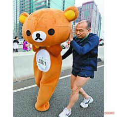 72,000 people participated in the Standard Chartered Hong Kong Marathon 2013 through Hong Kong. One of them was Rilakkuma! Running a marathon is not really Rilakkumas thing – he is just too lazy