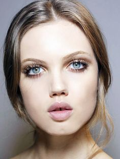 Lindsey Wixson's highly exaggerated lashes and natural nude lips