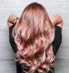 19 Rose Gold Hair Color Looks That Absolutely SLAY Rose gold hair -- aka the absolute coolest way to pay homage to Glinda the Good Cabelo Rose Gold, Gold Hair Colors, Hair Colours, Ombre Hair, Pink Hair, Peach Hair, Blonde Rose Gold Hair, Copper Rose Gold Hair, Straight Hair