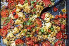 Her er det nytelse i hver munnfull. Denne enkle og lettlagete retten er inspirert av maten jeg vokste opp med.  Blomkål og sesongens tomater ovnsstekte på middelshavsvis med hvitløk, olivenolje marokkansk ras el hanout og oliven. En velsmak... Ras El Hanout, Paella, Cauliflower, Vegetarian, Vegetables, Ethnic Recipes, Food, Cauliflowers, Hoods