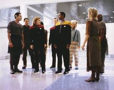 star trek voyager Captain Janeway, Tuvok, Neelix, Tom Paris and other cast members - Caretaker - First version, never aired. This episode was reshot with a new hairstyle for Captain Janeway. Star Trek 4, Star Trek Voyager, Robert Beltran, Captain Janeway, Kate Mulgrew, Star Trek Images, Sci Fi Tv Shows, Star Trek Characters, Great Love Stories
