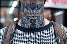 Tatuagem de lobo no pescoço