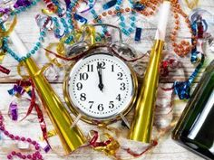 Festlekar till nyårsfest - Fira fest Escape Room, Alarm Clock, Marshmallow, Gold Watch, Escape Games, Rooms, Projection Alarm Clock, Bedrooms, Coins