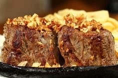 FILÉ OSWALDO ARANHA: filé mignon com alho, farofa e batata A Food, Good Food, Food And Drink, Meatloaf, Meat Recipes, Poultry, Steak, Favorite Recipes, Homemade