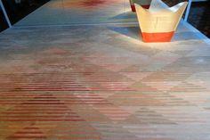 A autoria do trabalho, do estúdio londrino Raw Edges, apresenta um tapete de lã e seda, produzido artesanalmente no Nepal, e que muda de cor...
