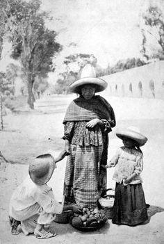 Una Mujer vendedora de frutas con sus hijos, frente al acueducto de Chapultepec.- 1907