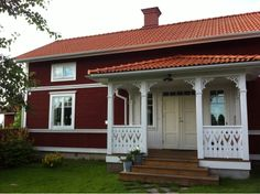 En bra panelavdelning där den är placerad precis under fönstret men fortfarande så att nedre delen av fönstrets foder finns kvar. Scandinavian Cottage, Swedish Cottage, Wooden Cottage, Red Cottage, Swedish House, Wooden House, Front Porch Pergola, Small Front Porches, This Old House