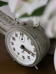 alarm clock (el despertador)  El despertador es bonito.