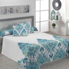 Colcha SANSA C62 Textils Mora. Con esta colcha le darás un nuevo estilo a tu habitación, más fresco y primaveral con detalles en tonos turquesa. Renueva tu ropa de cama con los nuevos diseños de la firma Textils Mora.
