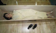 Güney Kore'de Ölüm kursu açıldı! Dünyada en yüksek intihar oranlarına sahip ülkelerden biri olan Güney Kore'de, insanlar ürkütücü bir