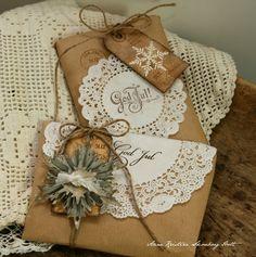Envolver regalos con blondas de papel en Navidad