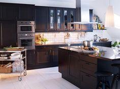 cuisine noire élégante et moderne avec une crédence en carrelage métro blanc
