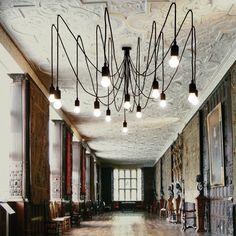 Lustre modulable composé d'une rosace de plafond noir et de 14 câbles d'alimentation noirs (7 câbles de 3m + 7 câbles de 4m) à fixer au plafond à la hauteur choisie.Ce lustre est véritablement�...