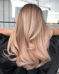 Balayage long hair: back view of a woman with long pinky rose gold balayage hair Blonde Hair Looks, Brown Blonde Hair, Beige Hair, Blonde Honey, Beautiful Blonde Hair, Grey Blonde, Honey Hair, Balayage Long Hair, Ombre Hair
