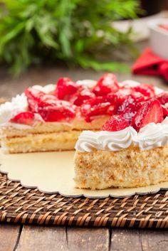 Slagroomtaart is makkelijk zelf te maken met dit recept. Er zijn vele varianten van slagroomtaart, bijvoorbeeld met fruit (aardbeien, frambozen, kiwi, etc.), maar de basis is vaak hetzelfde: Een slagroomtaart met basis taartbodem, die je daarna naar wens verder kunt versieren. Wil je zelf slagroomtaart maken? Volg dan dit Taarten Maken.nl recept. Slagroomtaart ingrediënten en benodigdheden 4... Lees meer over Slagroomtaart recept: zelf slagroomtaart maken