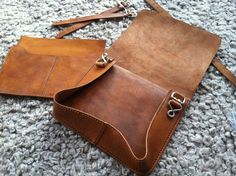 SEWING: leather messenger bag – just for clarification Leather Bag Tutorial, Leather Bag Pattern, Sewing Leather, Leather Pouch, Leather Tooling, Leather Craft, Leather Purses, Leather Handbags, Diy Leather Messenger Bag Pattern